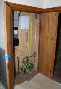 Houten meterkast deur in behandeling