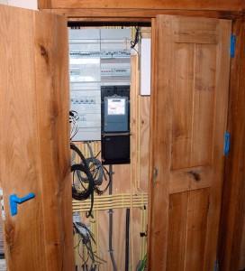 Close-up houten meterkast deur in behandeling (nat)