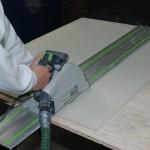 Vakmensen werken terplaatse met opmaakt gemaakt materiaal