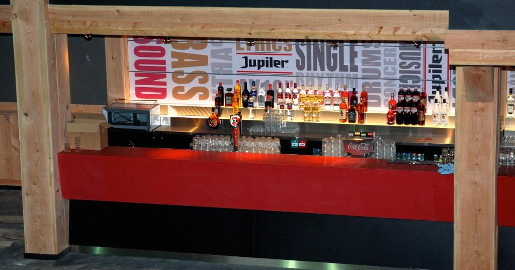 Moderne bar ook afgewerkt met hout