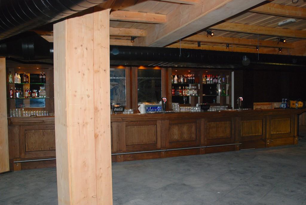 Klassieke bar afgewerkt met hout